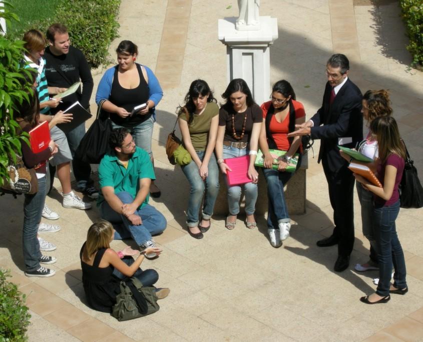 alumnos en el claustro de la universidad
